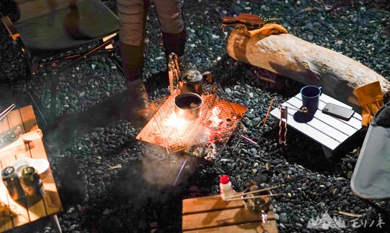 焚き火調理中のテーブル