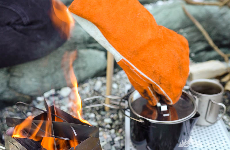 キャンプグローブで熱いものを掴む