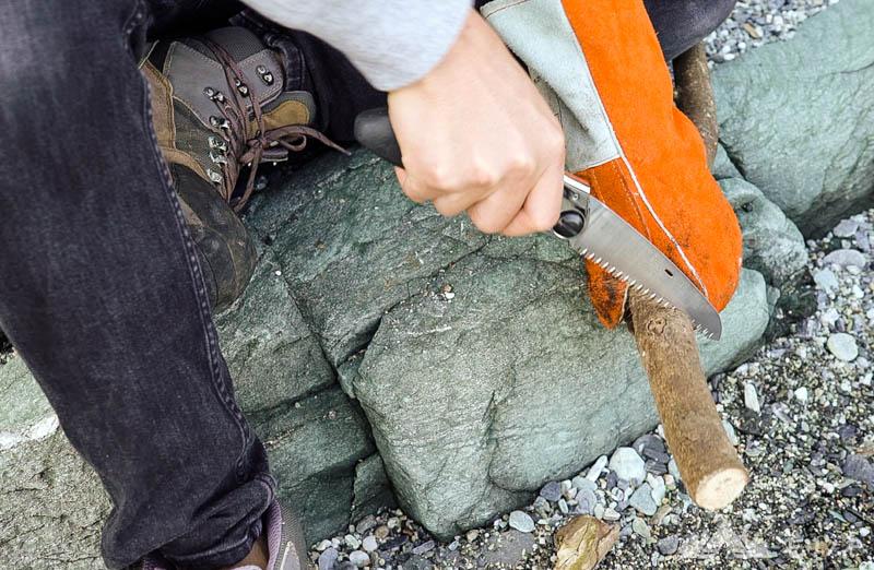 キャンプグローブ 薪を切る